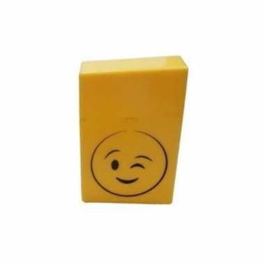 Geel sigarettendoosje knipoog emoticon